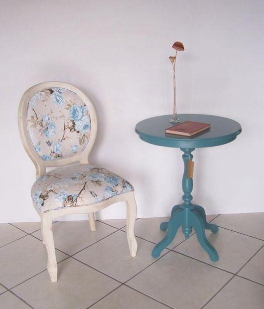 Dica de cadeira medalhão branca com estofado floral azul
