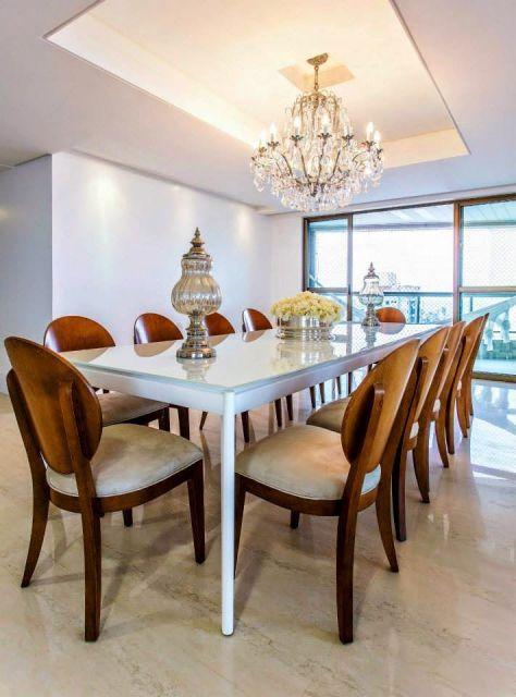 Esse modelo de cadeira pode ser usado em mesas grandes de jantar