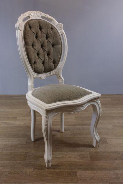 Cadeira medalhão com a estrutura em madeira branca