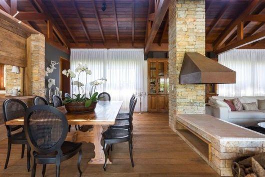 Outra ideia de decoração de sala de jantar com cadeira medalhão