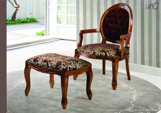 Cadeira medalhão com braço de madeira e puff