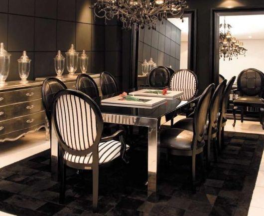 Cadeiras medalhão listradas para decorar sala de jantar