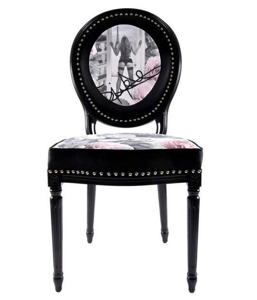 Cadeira medalhão preta com design moderno