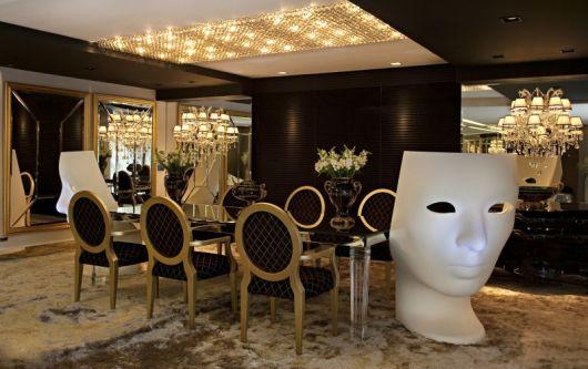 Sala de jantar com cadeira medalhão preta