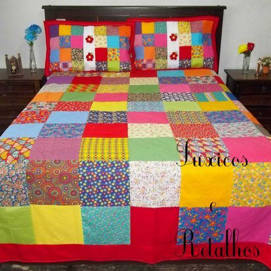 Colcha de retalhos coloridos com crochê