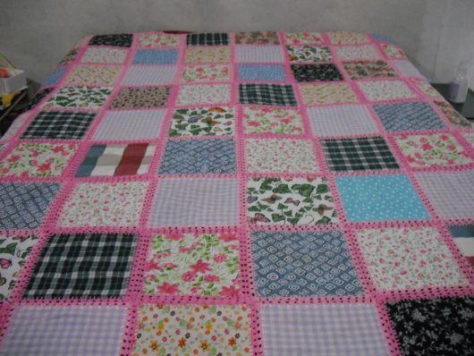Colcha de retalhos com crochê rosa