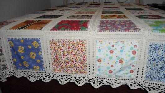 Colcha de retalhos com crochê branco