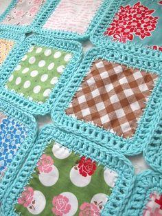 Colcha de retalhos com crochê azul