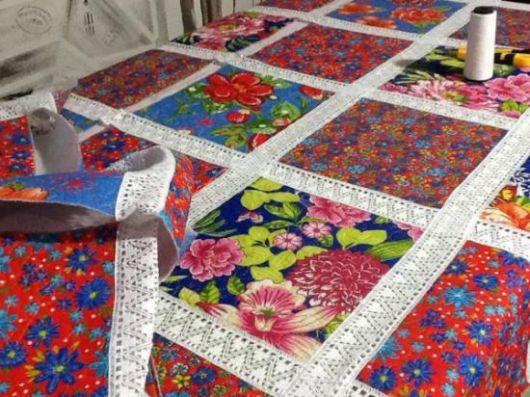 Colcha de retalhos com crochê e retalhos floridos