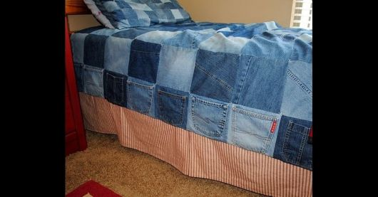 Colcha de retalhos jeans com barra vermelha