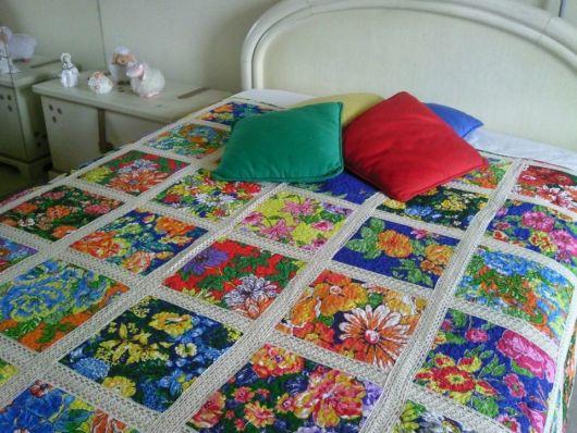 colcha de retalhos com estampas de flores com crochê