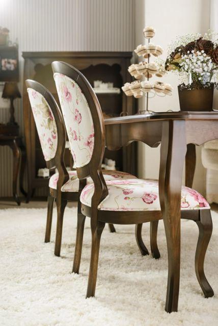 Cadeira com estrutura de madeira e estampa floral