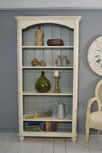 Considere criar uma estante embutida para sala ou cozinha