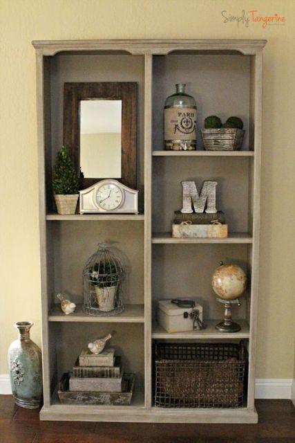 Apostar em uma estante simples pode facilitar o restante da decoração