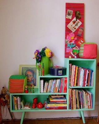 Estante colorida para criar decoração vintage
