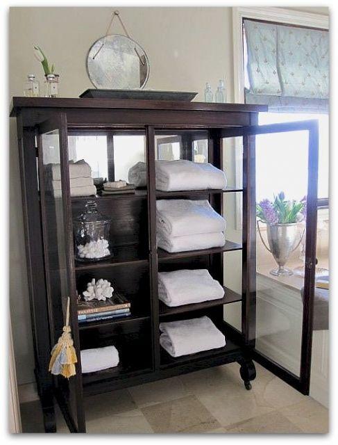 As estantes retrô com portas são boas para guardar louças e outras peças