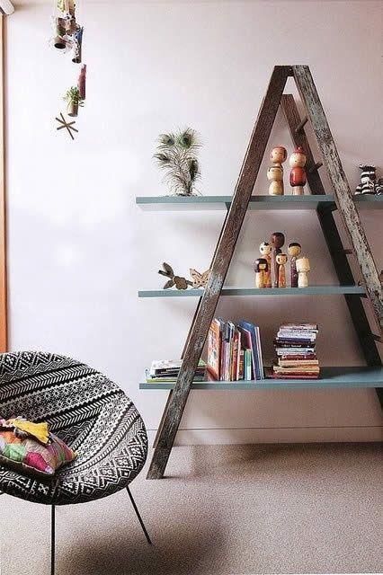 Use aquela escada antiga para criar uma estante vintage