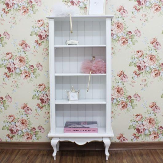 Considere restaurar a estante pintando-a de branco