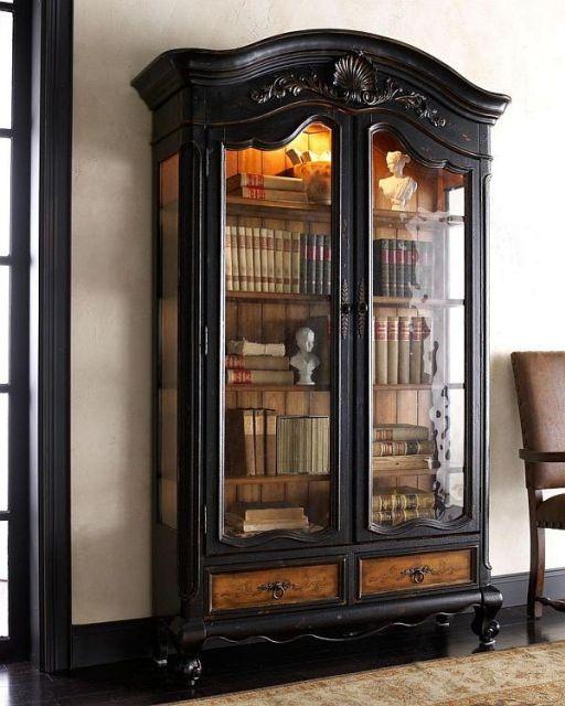 Uma estante antiga pode deixar sua sala vintage mais estilosa