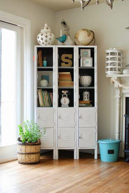 Um armário antigo típico de escolas pode se transformar em uma estante estilosa