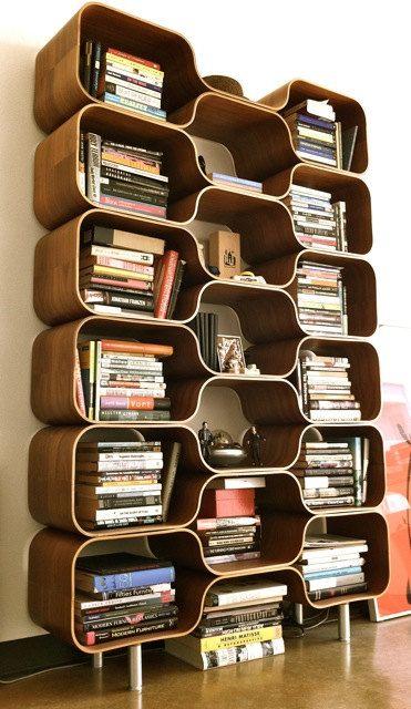 Estante feita em nichos para diferenciar o visual de sua sala