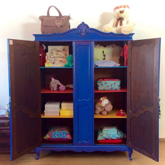 O guarda-roupa colorido ajuda a compor a decoração provençal para quarto infantil