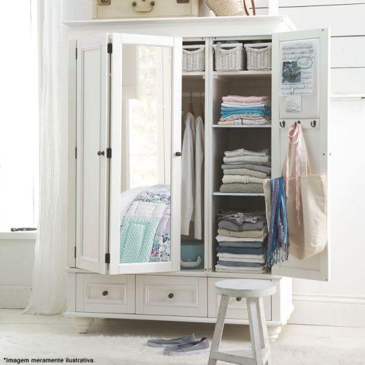 O espelho no guarda-roupa ajuda a ampliar o ambiente