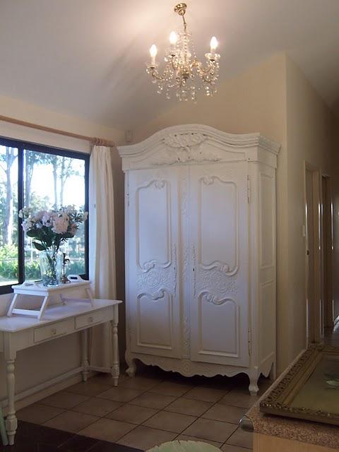 Decoração romântica com um guarda-roupa provençal branco