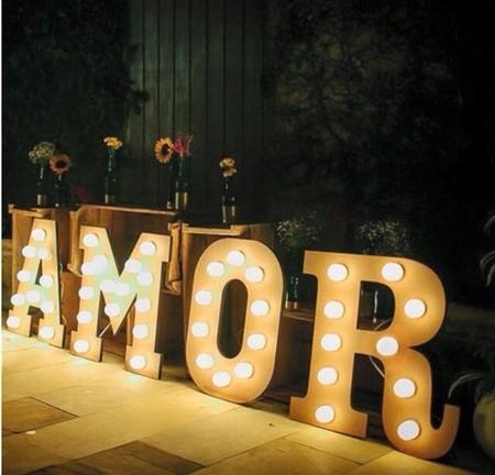 palavra amor com letras led.