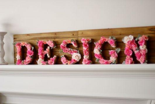 palavra design com pétalas cor de rosa.