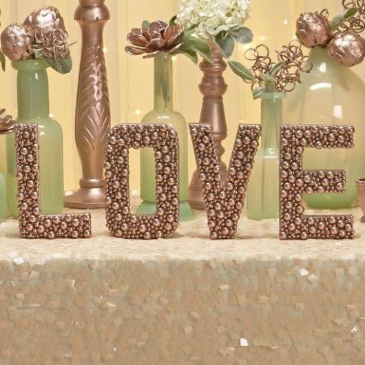letras mdf com palavra love revestida de pérolas douradas.