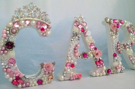 letras de mdf revestidas com pérolas cor de rosa, branca.