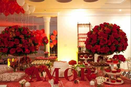 letras de mdf decoram mesa de evento.