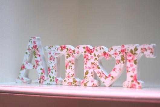 letras de mdf com estampa floral.