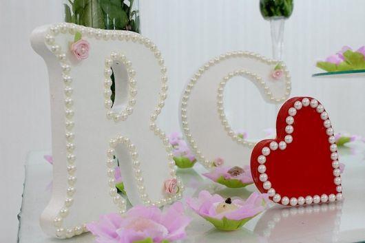 letras mdf branco com vermelho em mesa de casamento.