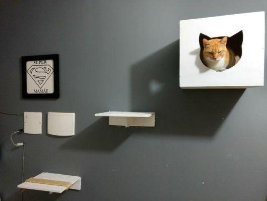 Inspiração perfeita: prateleiras e nichos brancos na parede preta