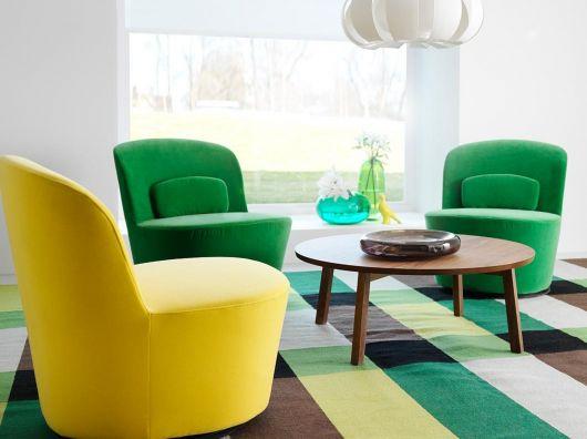 Dê um toque de cor à sala com poltronas modernas