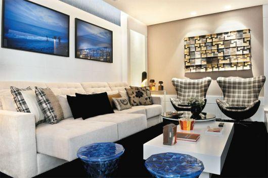 Poltronas estampadas podem ser combinadas a um sofá liso e claro