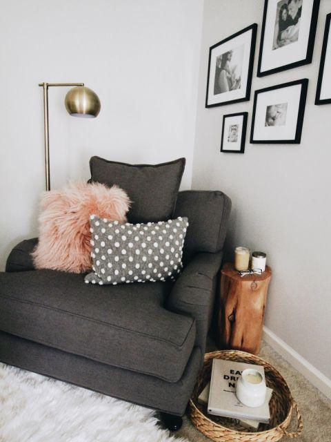 Decore a poltrona moderna do quarto com almofadas