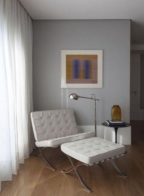 Apenas uma poltrona branca, mas com design irreverente pode deixar a sala incrível