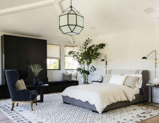 As poltronas complementam a decoração do quarto