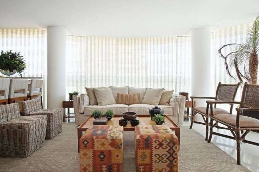A estampa traz mais vivacidade e exuberância à decoração clean da sala