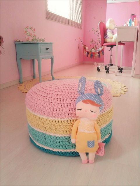 Capa de crochê colorida para puff infantil