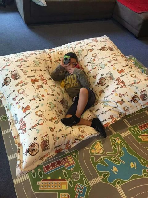 Puff grande perfeito para a criança deitar para ler