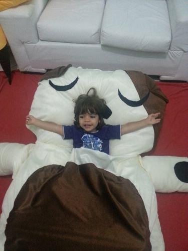 A criança pode até dormir no puff grande