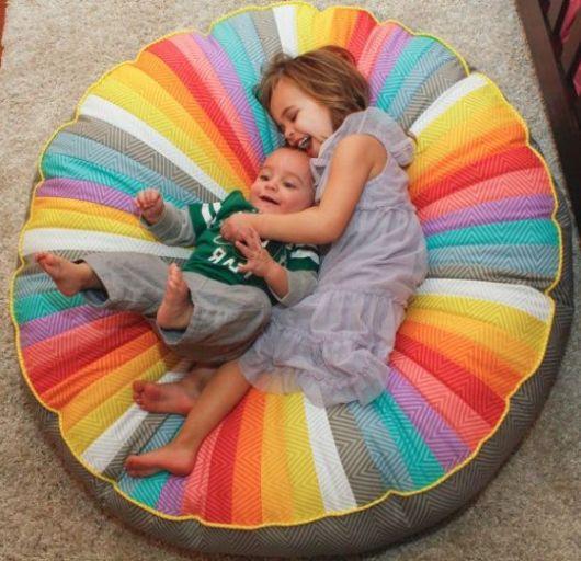 Puff grande colorido para decorar ambientes infantis