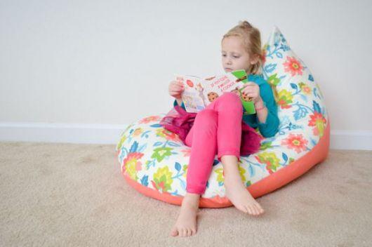 Puff pequeno para ajudar na hora da leitura
