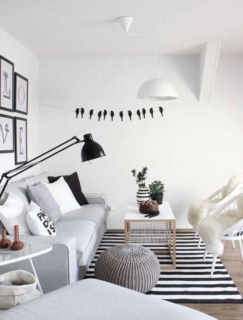 sala cinza, preta e branca