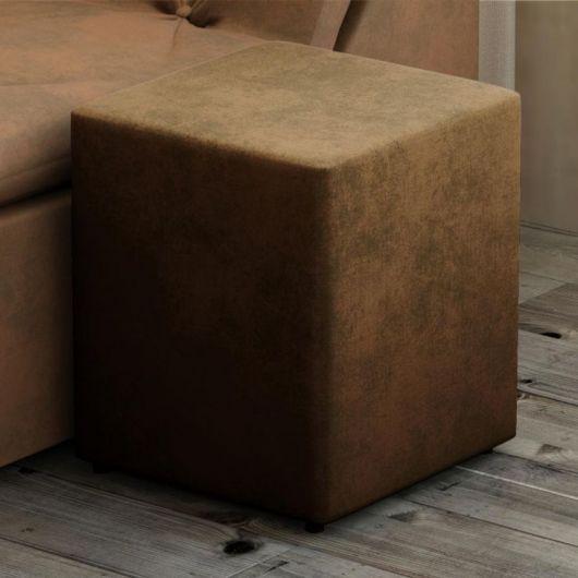 O puff quadrado de suede dá um toque sofisticado à sala