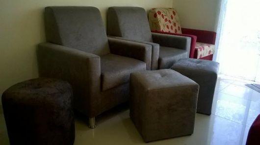 Geralmente os puffs de suede combinam com outros móveis da sala, como sofás e poltronas